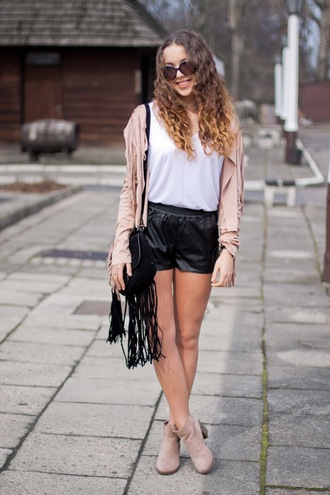 kolorowa dusza blogger fringed bag pink jacket leather shorts spring outfits