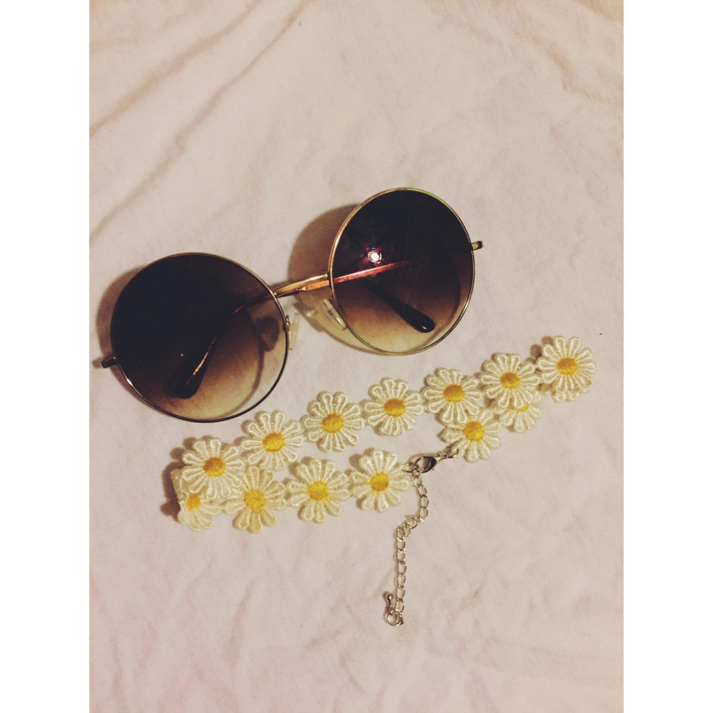 Sunglasses and choker