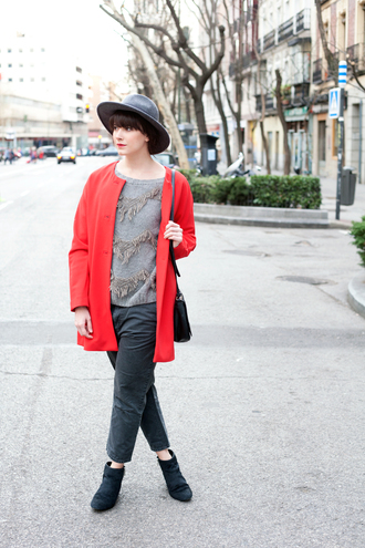 che cosa blogger red coat grey sweater