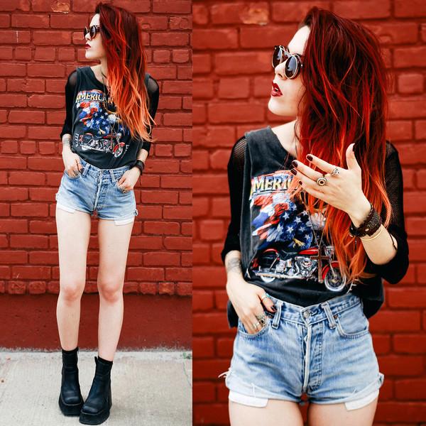 shoes outfit outfit denim shorts black shirt black boots boots sunglasses t-shirt shirt