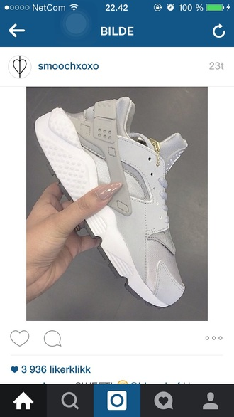 shoes grey sneakers brand trendy fashion dope tumblr outfit huarache women's nikes nike shoes fly nike grey shoes gold white chain low top sneakers nude nike air grey sneakers light grey hurache nikes nike sneakers grey colorway nike huarache