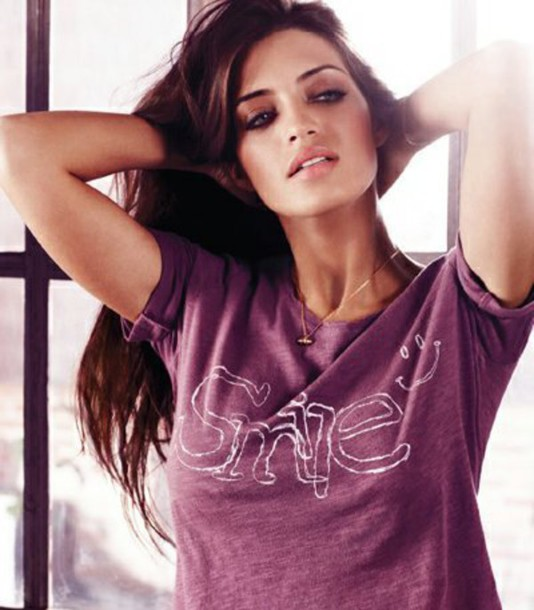 t-shirt purple graphic tee hair make-up Sara Carbonero simple et chic quote on it violet jewelry necklace jewels accessories Accessory basic shirt