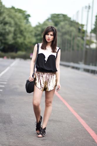 shorts gold shorts top black top sandals flat sandals gladiators black sandals bag black bag summer outfits blog de betty blogger