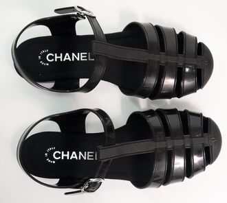 shoes wolf-raw-r chanel black black shoes flats sandals tumblr black sandals jellies