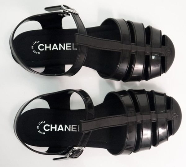 shoes wolf-raw-r chanel black black shoes flats sandals tumblr summer shoes black sandals jellies