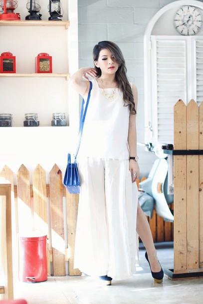 brown platform blogger slit white top wide-leg pants slit pants white pants blue bag