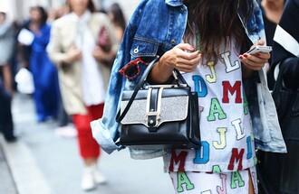 sweater lunette de soleil veste en jean hollister sac ? main handbag red glasses