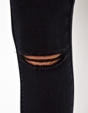 ASOS | ASOS – Ridley – Ultraenge Röhrenjeans in verwaschenem Schwarz mit hoher Taille und Knien im Used-Look bei ASOS