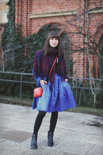 kapuczina blogger blue skirt red bag blanket scarf