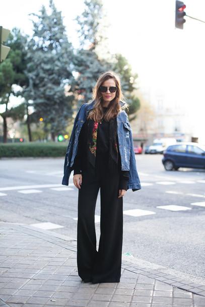 lady addict blogger scarf sunglasses denim jacket wide-leg pants