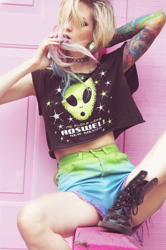 t-shirt shirt alien new mexico roswell tourist clothes space vintage crop tops black green grunge multi-coloured shorts tie dye tattoed drmartens stars choker necklace tumblr tumblr girl cool peace soft grunge dip dye purple model moody jewels pastel goth tattoo purple blue pink high waisted shorts rainbow hipster kawaii grunge bag top alien shirt black t-shirt
