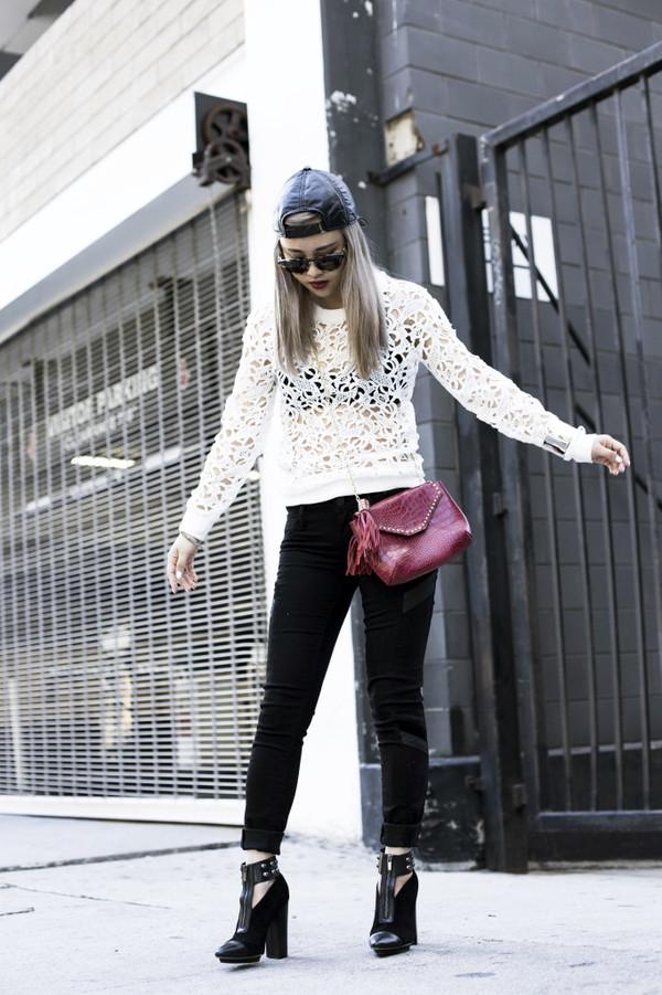 la vagabonde dame sweater jeans sunglasses