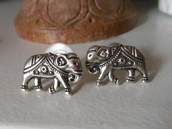 Éléphant boucles d'oreilles  argent éléphant Stud par ChelseaJewels