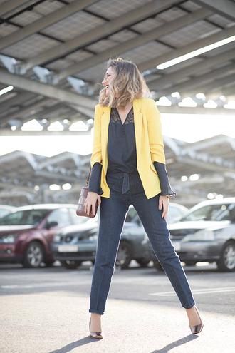 mi aventura con la moda blogger blouse jacket jeans bag shoes jewels shirt black blouse yellow jacket pumps shoulder bag