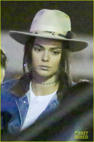 hat kendall jenner jewels jewelry choker necklace necklace gold choker celebrity style celebrity celebstyle for less model model off-duty