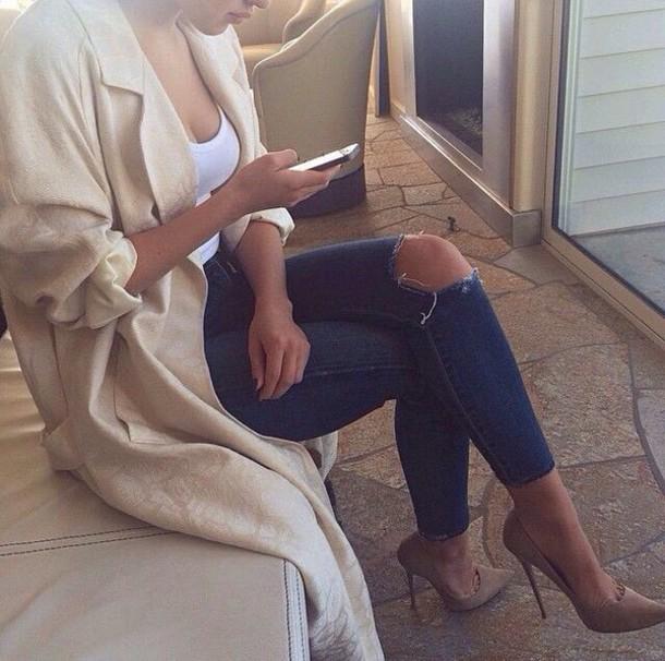 shoes high heels trendy jeans cardigan coat tan heels ripped jeans ripped jeans blue jeans nude high heels long coat trench coat nude holes ripped denim jeans beige heels court shoes jacket beige jacket style fashion blue ripped jeans cream duster coat pattern white top white duster coat pants jumpsuit outfit veste