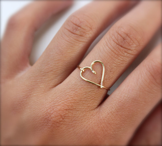Gold Heart Ring van DesignedByLei op Etsy