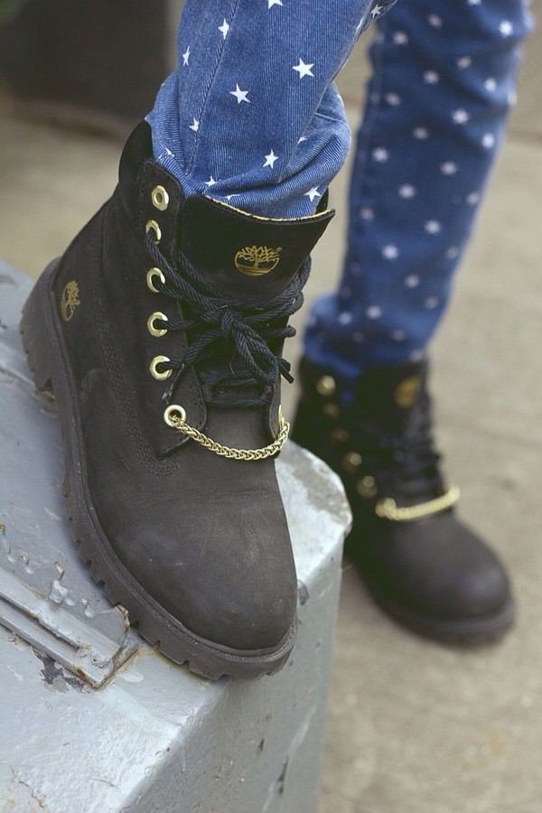 shoes black timberlands gold chain pants