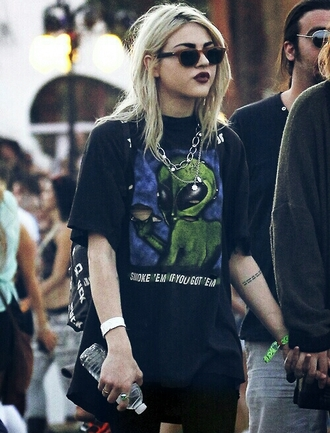 t-shirt sxsw festival texas grunge alternative alien alien clothes chain dope sunglasses smoke casual streetstyle blouse