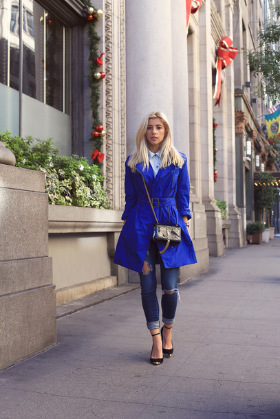 evelinas fashion cafe blogger coat blue coat ripped jeans mini bag