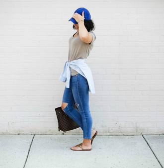 life & messy hair blogger t-shirt jeans bag shoes sunglasses hat