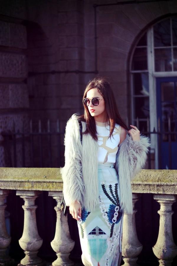 amoureuse de mode t-shirt skirt bag coat shoes sunglasses