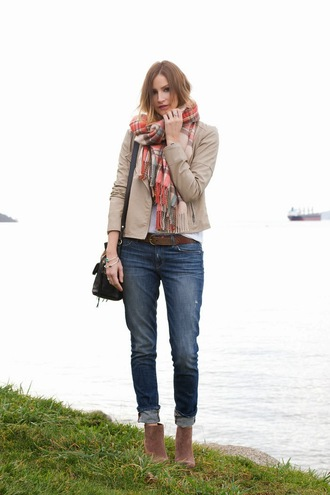 styling my life scarf jacket t-shirt jeans shoes jewels bag
