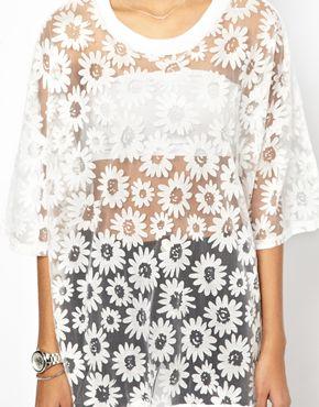 Glamorous | Glamorous – Übergroßes Jersey-T-Shirt in transparenter Optik mit Gänseblümchenmuster bei ASOS
