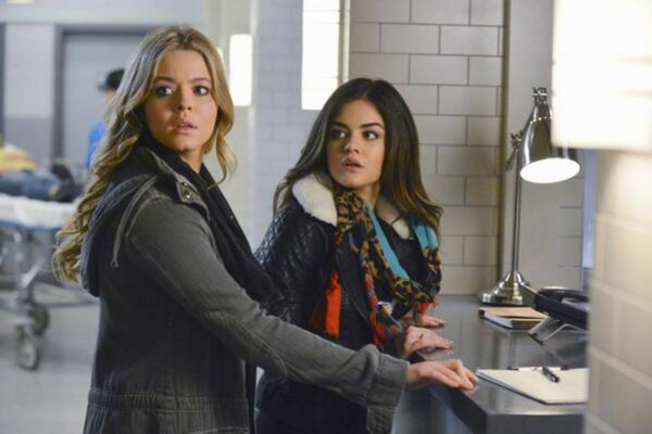 scarf pretty little liars fashion aria montgomery lucy hale pretty little liars aria montgomery