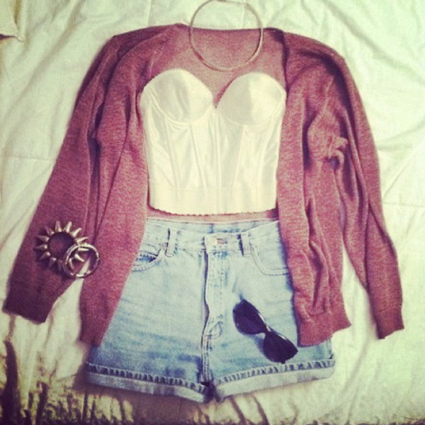 top cardigan jewerly shorts outfit