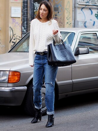 nina @ www.helloshopping.de - it's a blog. blogger jeans bag shoes sweater white sweater boyfriend jeans handbag boots