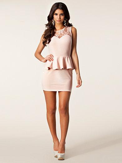 Candy Lace Peplum Dress - Club L - Nude - Festklänningar - Kläder - Kvinna - Nelly.com