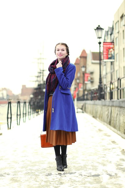 kapuczina blogger scarf blue coat pleated skirt rust winter outfits