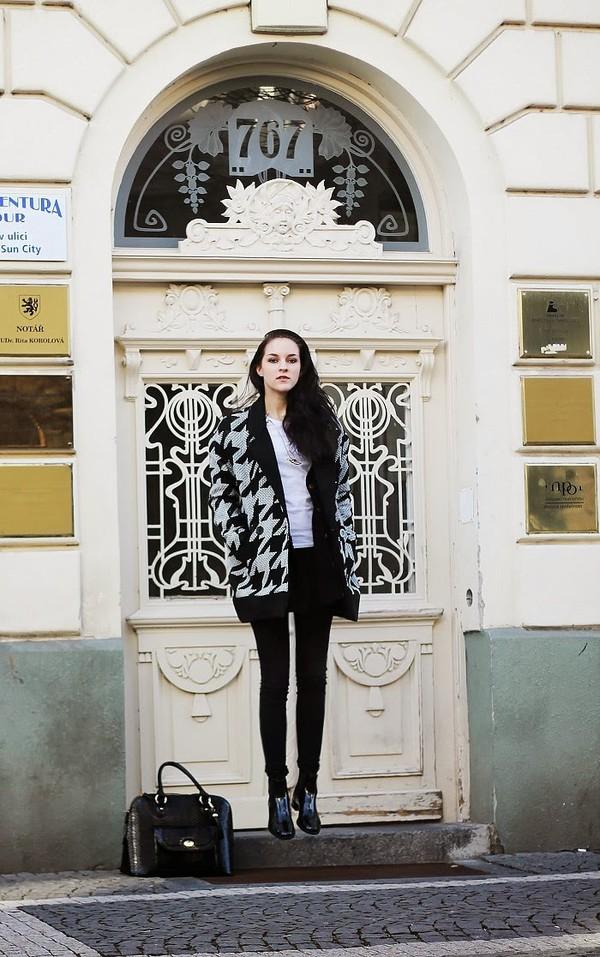 leona meliskova coat sweater t-shirt jeans jewels bag shoes