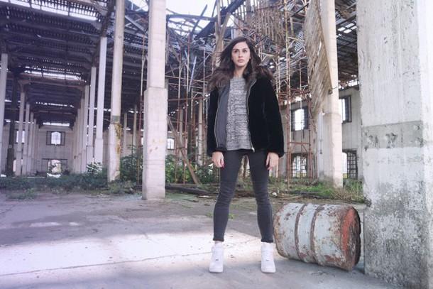 marie zamboli blogger grey jeans grey sweater