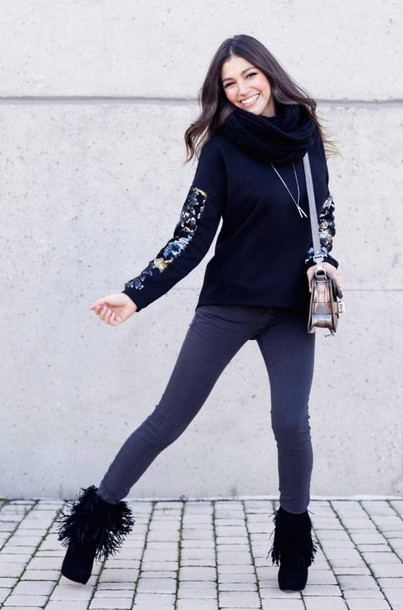 sweater floral ursula corberó❤️ necklace bag boots jeans scarf black winter outfits outfit skinny jeans fringes fringe shoes Accessory infinity scarf black scarf denim fringe shoes flowers accessories fringes skinny pants casual jumper booties winter sweater dark blue dark