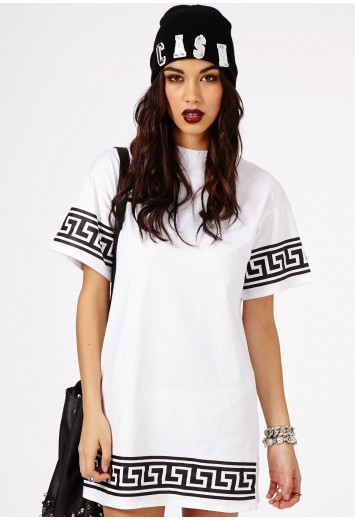 Robe t-shirt oversize imprimé grec Kikita en blanc - Dresses - Mini robes - Missguided