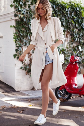 tuula blogger ripped shorts trench coat white sneakers