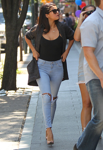 selena gomez ripped jeans light blue jeans black tank top grey cardigan nude heels jeans skinny jeans blue sweater cardigan grey