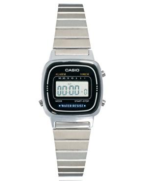 Casio   Casio - Montre digitale petit format - Noir et argenté chez ASOS