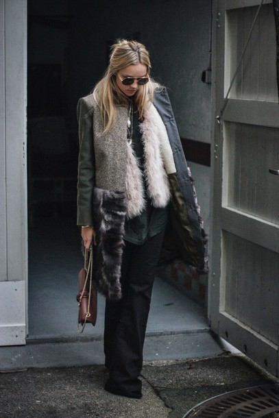 en vogue coop blogger faux fur vest winter coat white fur vest grey coat winter outfits winter look flare jeans black jeans brown bag chain bag