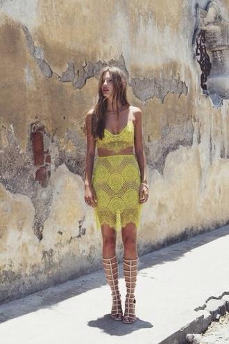 shirt yellow lace shoes