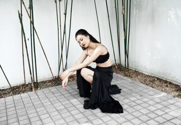 la vagabond dame blogger make-up slit skirt bralette soft grunge skirt shoes slit maxi skirt