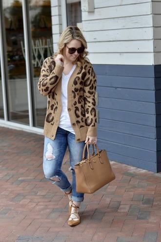 ablonde'smoment blogger cardigan t-shirt jeans bag sunglasses make-up handbag flats