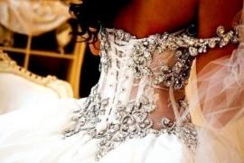 Hele luxe trouwjurk met kristallen ornamenten.                   Katana | ~Postorder hoek.Goedkope trouwjurken | Sweet Dreams Bruidsmode