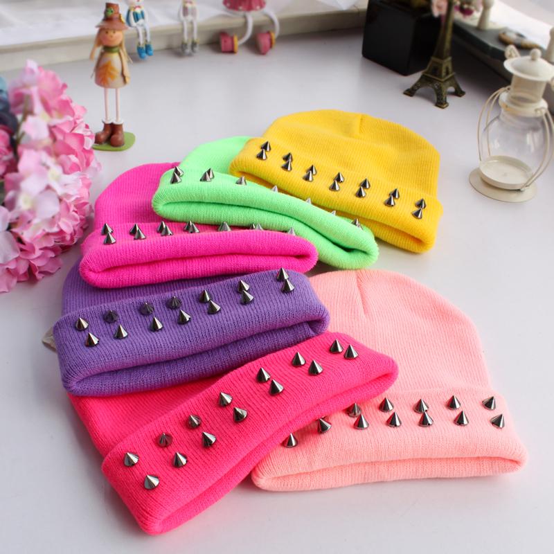 frete grátis novo 2013 inverno moda casual chapéus das mulheres rebite neon tampas para mulheres harajuku hip