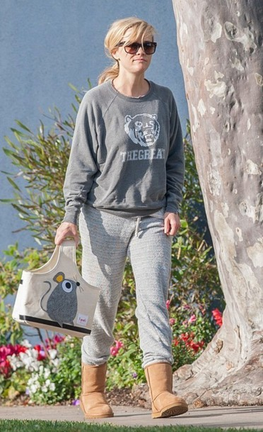 reese witherspoon bag grey sweater grey sweatpants ugg boots