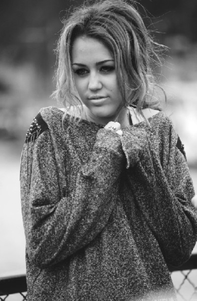 sweater miley cyrus grey sweater gold chain
