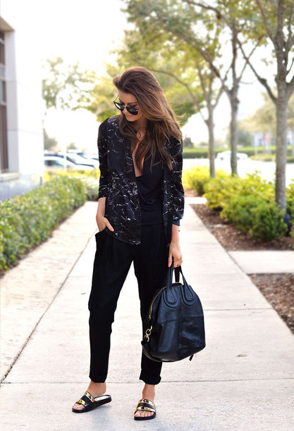 stylista blogger shirt top leather bag black pants flats