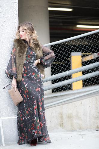 mi aventura con la moda blogger jacket dress bag jewels shoes fur vest maxi dress pouch